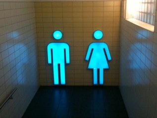 Les portes des toilettes sont-elles sexistes?